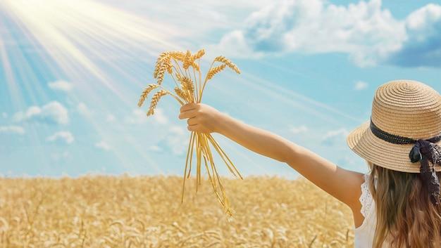 Dziecko w polu pszenicy.