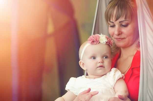 Dziecko w ramionach dziewczyny. mama trzyma dziecko w ramionach. szczęśliwa mama z małym dzieckiem