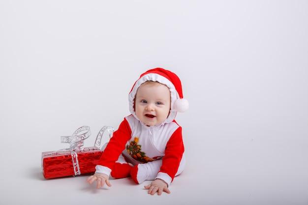 Dziecko w stroju świętego mikołaja na białym tle