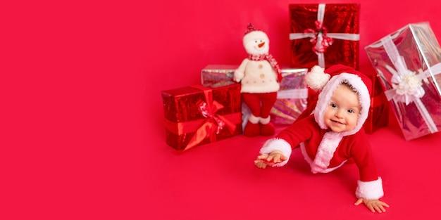 Dziecko w stroju świętego mikołaja z mnóstwem prezentów