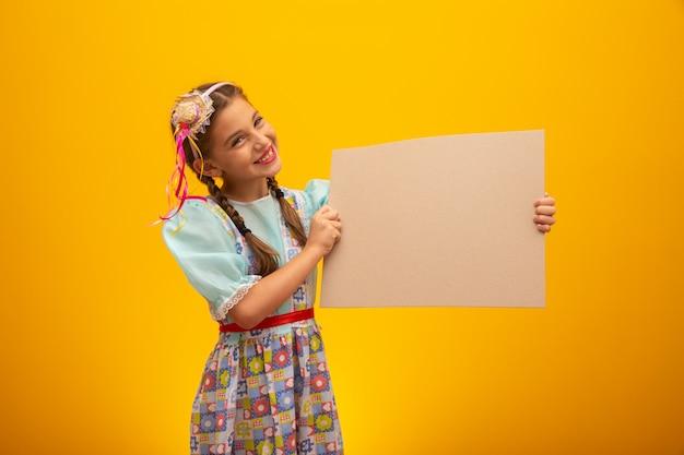 """Dziecko w typowym stroju słynnej brazylijskiej partii zwanej """"festa junina"""" z okazji sao joao."""