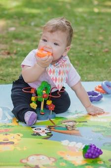 Dziecko w wieku poniżej jednego roku bawi się zabawkami