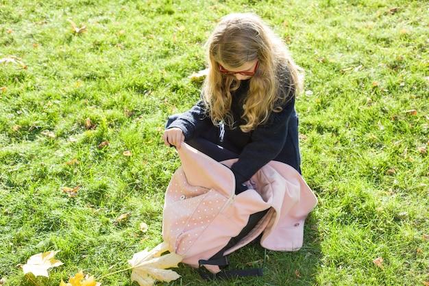 Dziecko w wieku szkolnym dziewczyna z różowym plecakiem