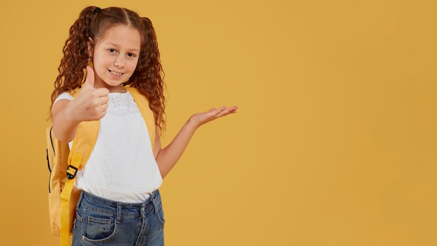Dziecko w wieku szkolnym kciuki do góry gest kopia przestrzeń