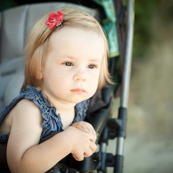 Dziecko w wózku na zewnątrz