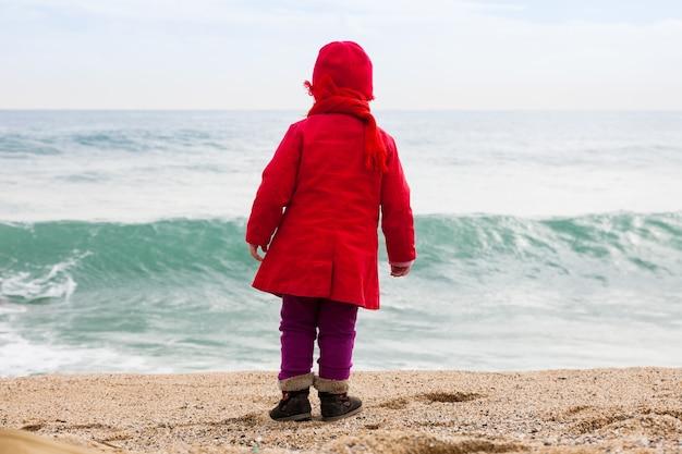 Dziecko w zimny dzień wietrzny