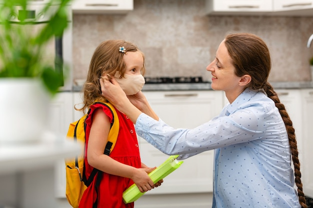 Dziecko Wraca Do Szkoły. Dziecko Przygotowuje Się Do Pierwszego Dnia W Szkole. Powrót Do Szkoły Lub Przedszkola Premium Zdjęcia