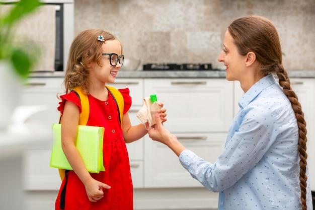 Dziecko wraca do szkoły. dziecko przygotowuje się do pierwszego dnia w szkole. powrót do szkoły lub przedszkola
