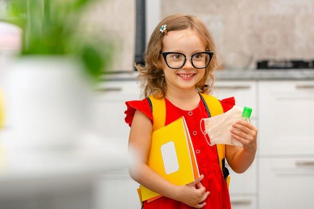 Dziecko wraca do szkoły dziecko przygotowuje się do pierwszego dnia w szkole uczeń trzyma książki w dłoniach