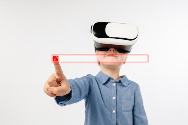 Dziecko wskazujące na pusty pasek wyszukiwania z okularami vr na białym tle