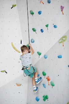 Dziecko wspinające się na wysoką ścianę