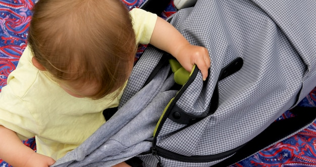 Dziecko wychodzi z torby