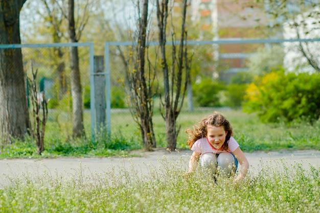 Dziecko wyszło na spacer po kwarantannie i cieszy się pierwszymi wiosennymi kwiatami