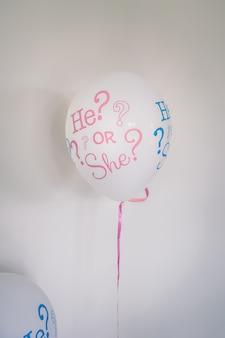 Dziecko z balonu z helem.