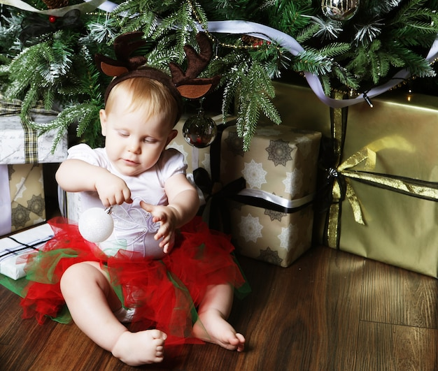 Dziecko z boże narodzenie tłem. szczęśliwego nowego roku!