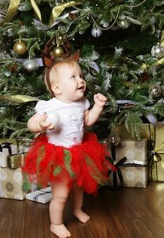 Dziecko z boże narodzenie tłem. wszystkiego najlepszego w nowym roku!