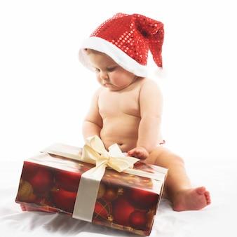 Dziecko z czapką mikołaja