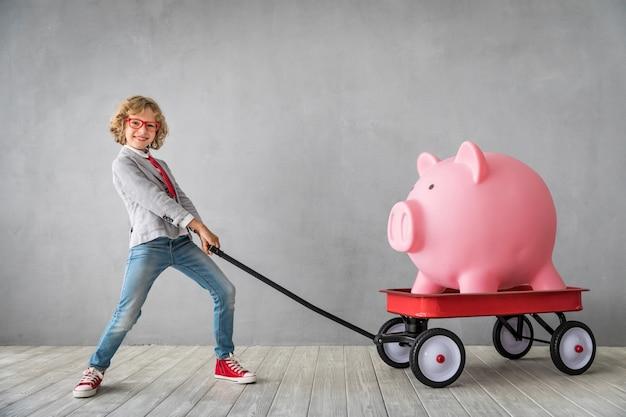 Dziecko z gigantycznym prosiątko bankiem