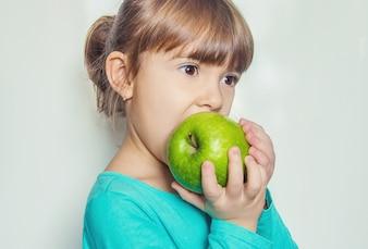 Dziecko z jabłkiem. Selektywna ostrość. Natura