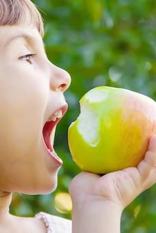 Dziecko z jabłkiem. zdjęcie. natura