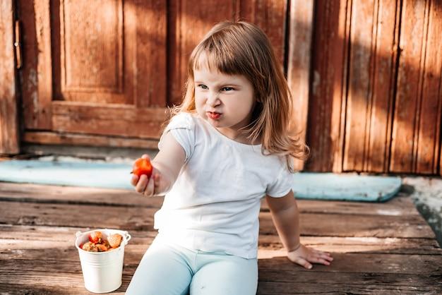 Dziecko z jedzeniem. zdrowe odżywianie truskawka.