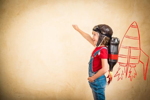 Dziecko z jet packiem. dziecko bawiące się w domu. koncepcja sukcesu, lidera i zwycięzcy