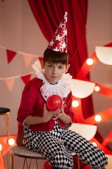 Dziecko z kostiumem cyrkowym na scenie cyrkowej