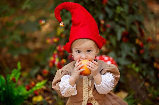 Dziecko z kostiumem krasnala w lesie