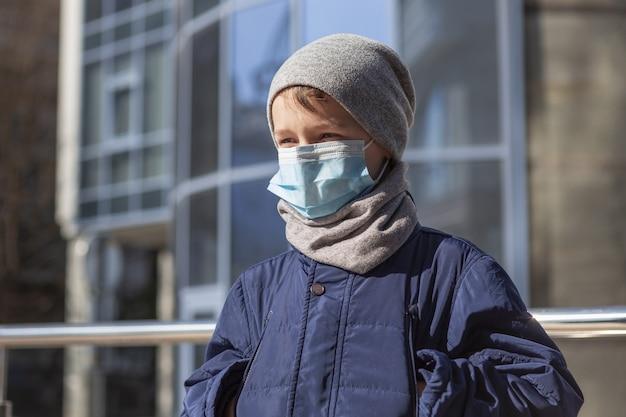 Dziecko z maską medyczną na zewnątrz