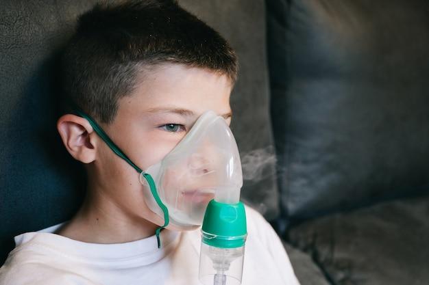 Dziecko z maską nebulizatora, aby móc oddychać