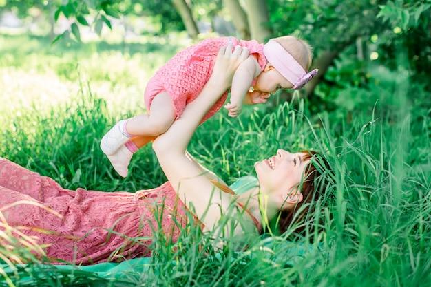 Dziecko z matką na zewnątrz blisko natury i baw się dobrze