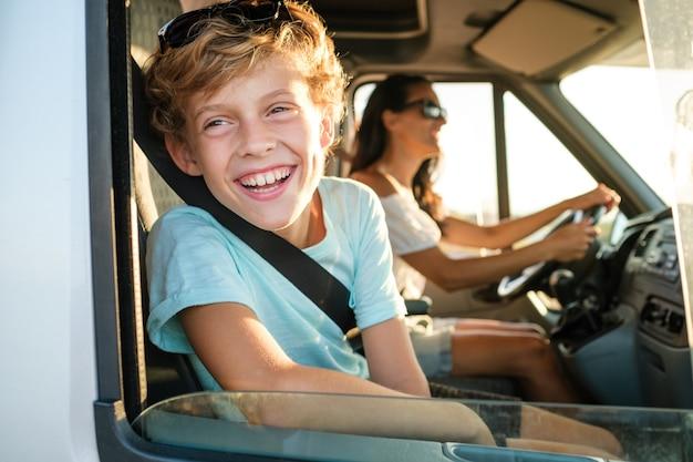 Dziecko z matką podczas letniej wycieczki samochodem