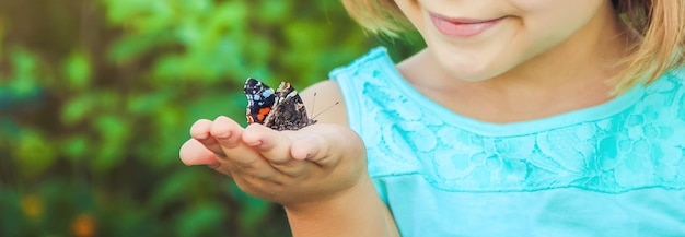 Dziecko z motylem. zdjęcie. natura.