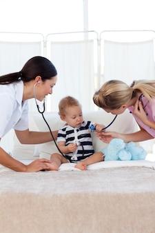 Dziecko z pediatrą i pielęgniarką
