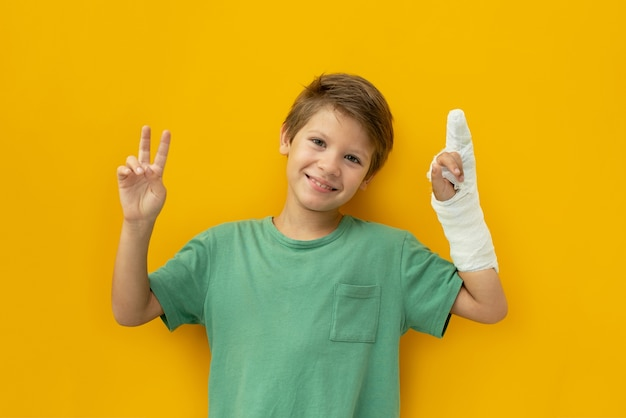 Dziecko z plastrem na dłoni. skopiuj miejsce.