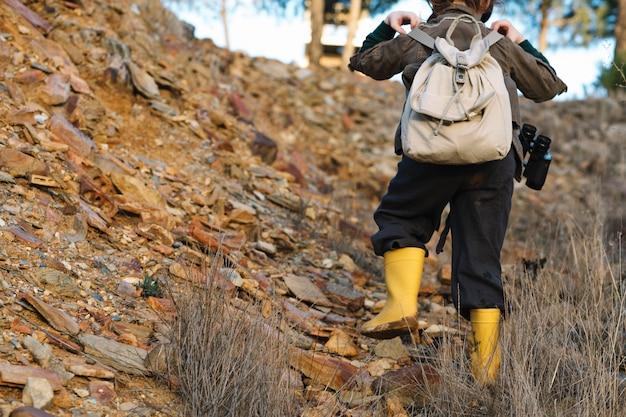 Dziecko z plecaka pięciem na wzgórzu