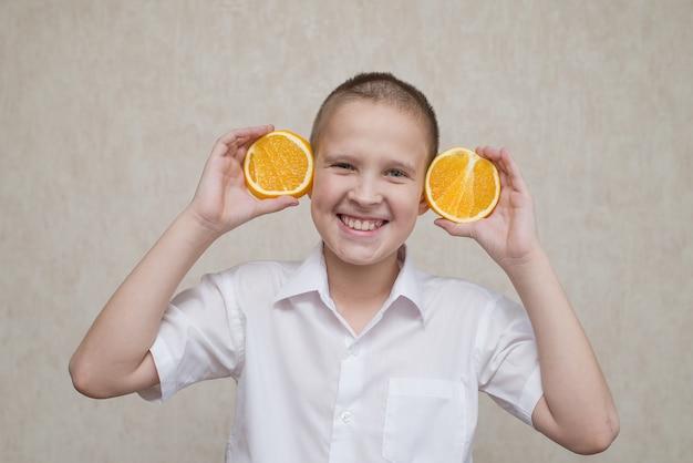 Dziecko z pomarańczami zamiast uszu uśmiecha się do wszystkich