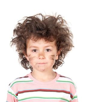 Dziecko z potarganymi włosami przez porażenie prądem