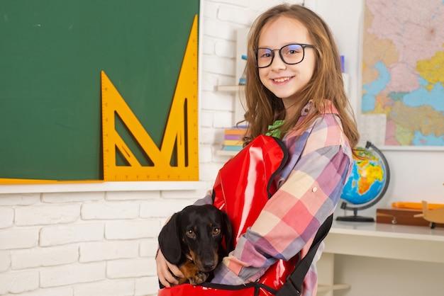 Dziecko z psem śmieszne dzieci w wieku przedszkolnym uczeń