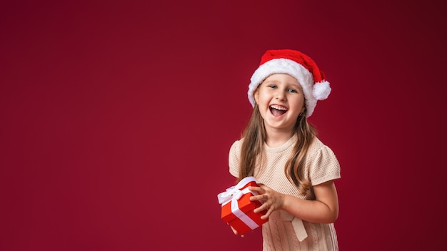 Dziecko z pudełkiem prezentowym