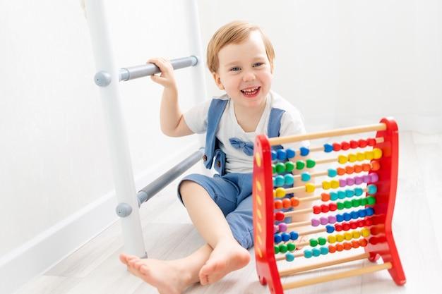 Dziecko z rachunkami w domu, słodki chłopczyk bawiący się lub liczący na rachunki