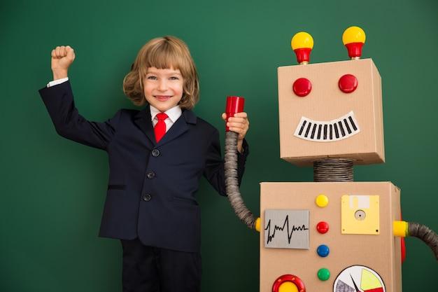 Dziecko z robotem zabawka w szkole. koncepcja technologii sukcesu i innowacji