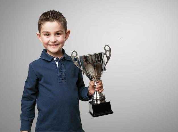 Dziecko z trofeum