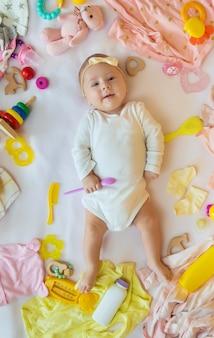 Dziecko z ubraniami i akcesoriami