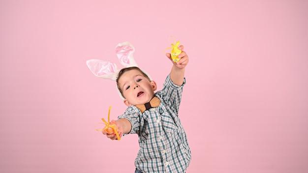 Dziecko z uszami królika i jajkami. wysokiej jakości zdjęcie