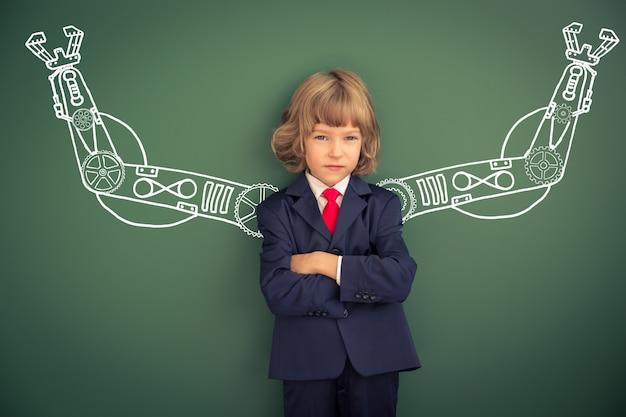 Dziecko z wyciągnąć ręce robota przed tablicą. uczeń w klasie