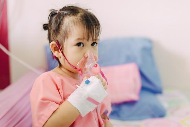 Dziecko zachorowało na infekcję klatki piersiowej spowodowaną astmą lub zapaleniem płuc