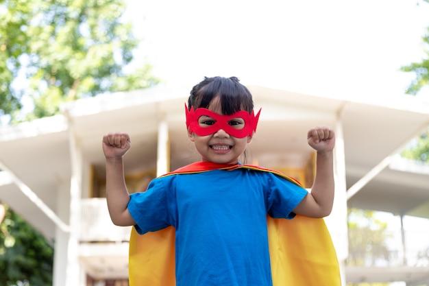 Dziecko zachowuje się jak superbohater, aby uratować świat