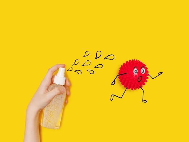 Dziecko ze sprayami ze środkiem antyseptycznym dla bakterii koronawirusa kreskówek covid-19.