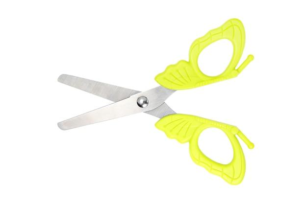 Dziecko zielone nożyczki na białym tle